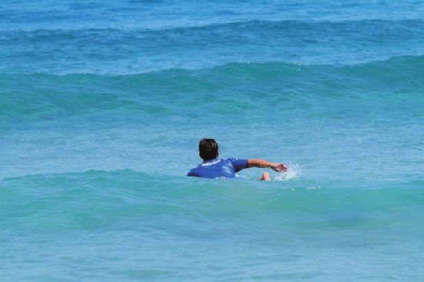 波が小さいこともあり、ゆとりを持ったパドリングを見せる