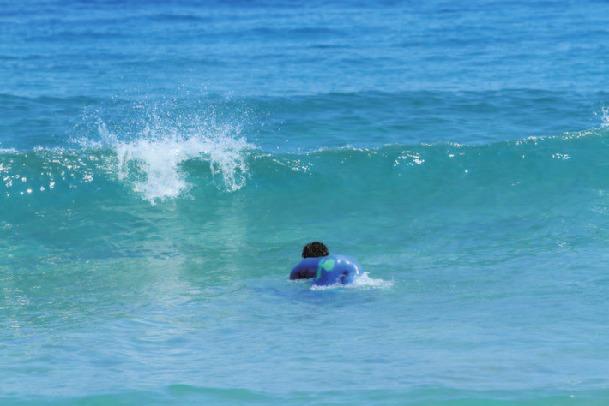 サーフボードと身体を水中へ