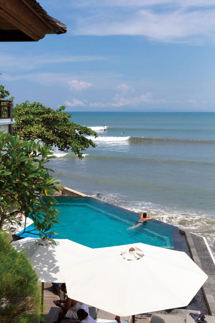 オーシャンフロントの最新ホテルにはモダ ンなインフィニティプールが。バリ島の海辺 で過ごす休日もますますラグジュアリーに。